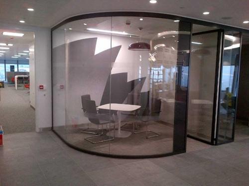Ứng dụng kính cong cho không gian văn phòng