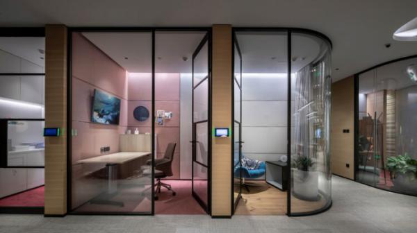Thiết kế văn phòng với vách kính và phòng họp
