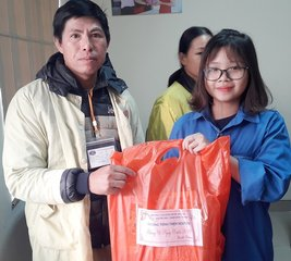 Tặng quà cho bệnh nhân nghèo ở bệnh viện