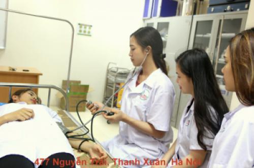Trường cao đẳng Dược Hà Nội: Hướng dẫn sinh viên cách đo huyết áp cho bệnh nhân