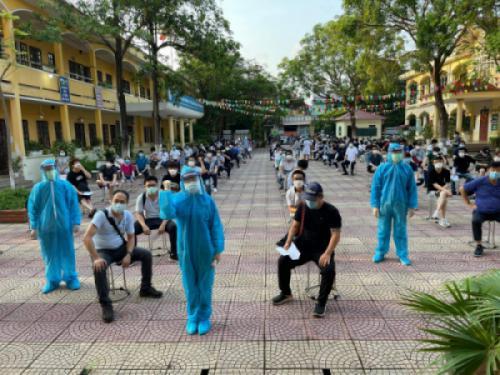 Sinh viên trường Cao đẳng Y Dược Tuệ Tĩnh Hà Nội tình nguyện tham gia công tác phòng, chống Covid tại Bắc Ninh
