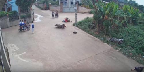 Video TNGT: Xe máy tông nhau kinh hoàng, 3 người nguy kịch