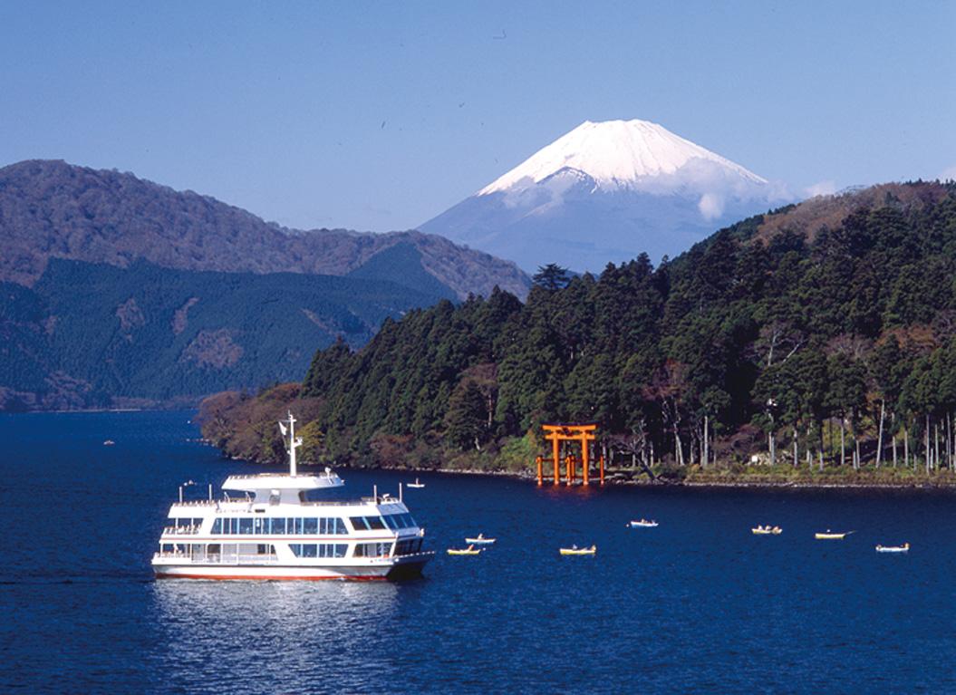 Du thuyền trên hồ Ashi