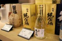 Gợi ý hộp rượu sake vảy vàng làm quà biếu cho Cha Mẹ