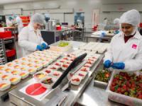 Kinh nghiệm đi máy bay: Nơi nấu các suất ăn phục vụ trên máy bay trông như thế nào