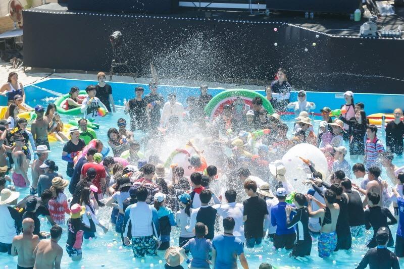 """""""Quẩy"""" hết mình trong lễ hội biển Busan Hàn Quốc"""