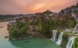 Đến Phù Dung trấn, ngắm cổ trấn ngàn năm treo trên thác